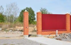 Byggande bana för wint för staketportkonstruktion oavslutad Fäktningkonstruktion royaltyfria bilder