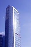 byggande bestående av färdigt glass fönster Arkivbild