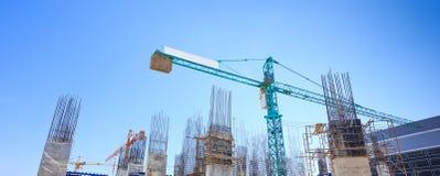 Byggande cementpelare i konstruktionsplats med blå himmel Arkivfoto