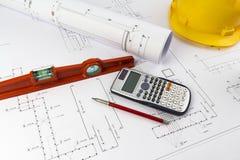 Byggande design: Kontorsskrivbord med projektteckningar royaltyfria bilder