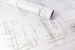 Byggande design: Kontorsskrivbord med projektteckningar royaltyfri foto