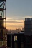 Byggande detaljer i London horisont på solnedgången Arkivfoton