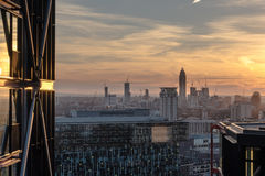 Byggande detaljer i London horisont på solnedgången Arkivbilder