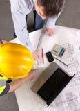 byggande diskuterar manplan två Royaltyfria Bilder