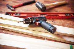 Byggande DIY med hammaren, medan slåget, spikar yrkesmässigt carpent arkivbilder