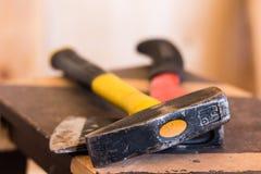 byggande drillisolering tools white woodwork Gul hammare och röd yxa på en mörk träbakgrund royaltyfri fotografi
