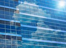 Byggande exponeringsglas för Closeup av skyskrapor med molnet Royaltyfri Bild