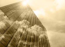 Byggande exponeringsglas för Closeup av skyskrapor med molnet, affärsidé av arkitektur Royaltyfri Foto