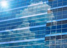 Byggande exponeringsglas för Closeup av skyskrapor med molnet, affärsidé av arkitektur Arkivfoton