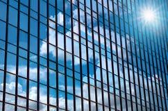 Byggande exponeringsglas för Closeup av skyskrapor med molnet, conc affär Arkivfoto