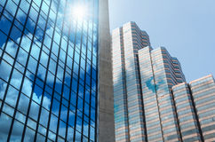 Byggande exponeringsglas för Closeup av skyskrapor med molnet, conc affär Royaltyfria Bilder