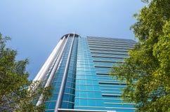 Byggande exponeringsglas för modern affär av skyskrapor med solen Arkivbilder