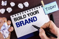 Byggande för textteckenvisning ditt märke Det begreppsmässiga fotoet skapar din egen logosloganmodell som annonserar att marknads royaltyfria foton