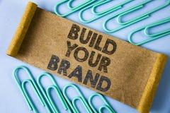Byggande för textteckenvisning ditt märke Det begreppsmässiga fotoet skapar din egen logosloganmodell som annonserar att marknads arkivfoton