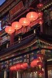 Byggande för traditionell kines som är upplyst på skymning i Peking, Kina Royaltyfri Bild