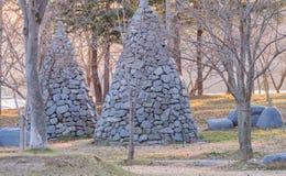 Byggande för två stenkolonner i formkottarna Royaltyfri Foto