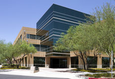 byggande företags yttermodernt kontor Arkivfoto