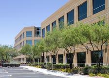 byggande företags yttermodernt nytt kontor Arkivfoton