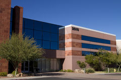byggande företags yttermodernt nytt kontor royaltyfri bild