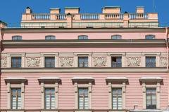 Byggande främre vägg med den repeting modellen av fönster Royaltyfria Foton