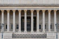 Byggande framdel av en domstol för offentlig lag i Lyon, Frankrike, med neoclassical kolonner för en kolonnadcorinthian royaltyfria bilder
