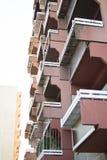 Byggande framsida med balkongen Arkivbilder