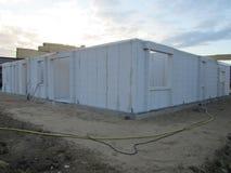 byggande gå högt stiger upp konstruktionshus under Konstruktionsbransch Modern villakonstruktion Arkivfoto