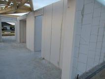 byggande gå högt stiger upp konstruktionshus under Konstruktionsbransch Modern villakonstruktion Royaltyfri Bild