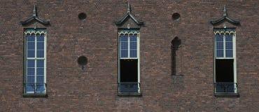 byggande gammalt väggfönster för tre town Arkivbilder