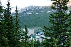 byggande grönt bergtak royaltyfri bild
