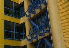 Byggande gula blåa golvfönster för arkitektur royaltyfria foton