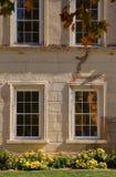 byggande historiska fönster Arkivbild