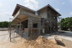 Byggande hus för bostads- konstruktion med ställningstål arkivbild