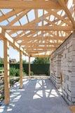 Byggande hus från kolsyrade kvarter för konkret byggnad Hem- inrama för ny bostads- träkonstruktion mot en blå himmel Royaltyfri Foto