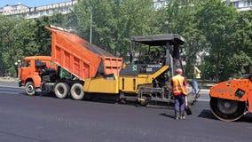 Byggande i Polen Applicera ny varm asfalt Royaltyfria Bilder