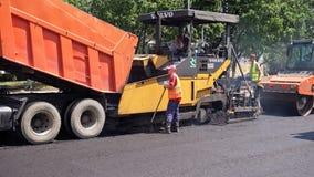 Byggande i Polen Applicera ny varm asfalt Royaltyfri Fotografi