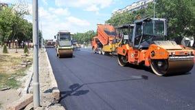 Byggande i Polen Applicera ny varm asfalt Royaltyfri Foto
