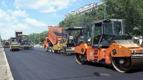 Byggande i Polen Applicera ny varm asfalt Arkivbilder