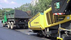 Byggande i Polen Applicera ny varm asfalt Arkivfoton