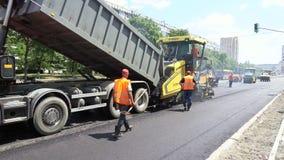 Byggande i Polen Arbetare som applicerar ny asfalt Fotografering för Bildbyråer