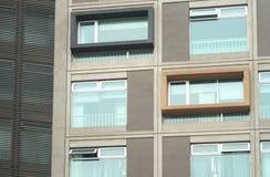 byggande idérika fönster Arkivbild