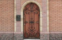 Byggande ingång med utsmyckat välvt trä royaltyfri fotografi