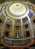 Byggande inre kolonner och kupol Royaltyfria Bilder