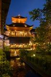 Byggande japansk stil i trädgård på nattetid Arkivfoton