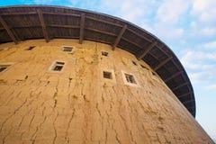 byggande jordhakka utanför väggen Royaltyfri Bild