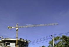 Byggande kran och byggande under konstruktion Royaltyfri Foto
