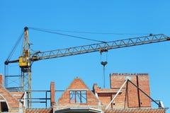 Byggande kran och byggande under konstruktion Fotografering för Bildbyråer