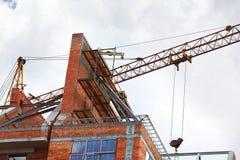 Byggande kran och byggande under konstruktion Royaltyfria Foton