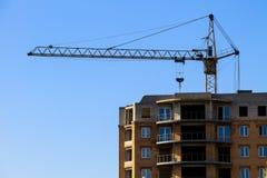 Byggande kran och byggande under konstruktion Arkivfoton