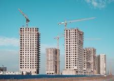 Byggande kran och byggnader under konstruktion Fotografering för Bildbyråer